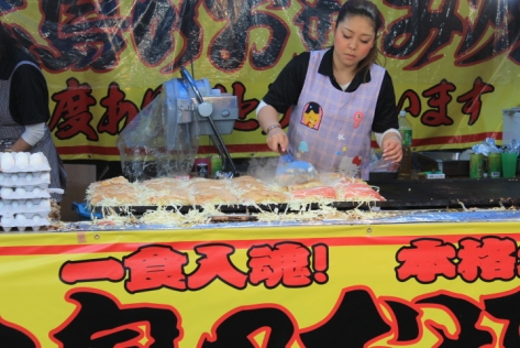 But I knew my stomach well enough to realize that if I ate a giant お好み焼き (okonomiyaki), I'd regret it later.