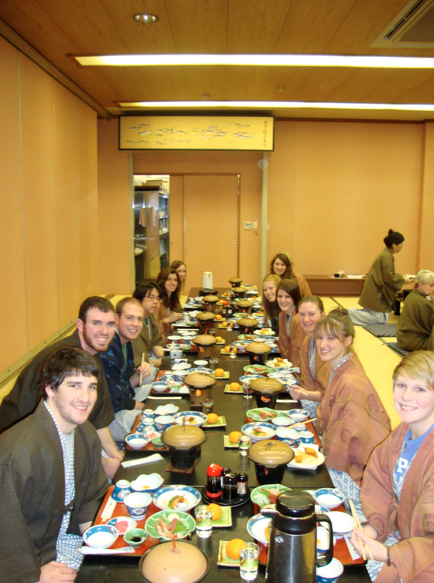 Eating dinner together at our 旅館.