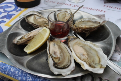 I settled on a half-dozen oysters, freshly shucked and served raw with a bit of red wine vinegar and fresh lemon.